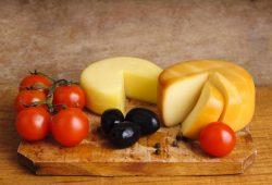 Помидоры, маслины и сыр