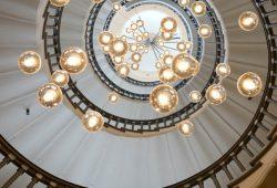 Люстра сквозь лестницу, дизайн #06214