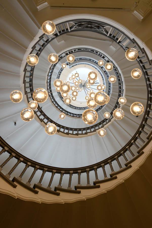 Постеры Люстра сквозь лестницу, дизайн #06214